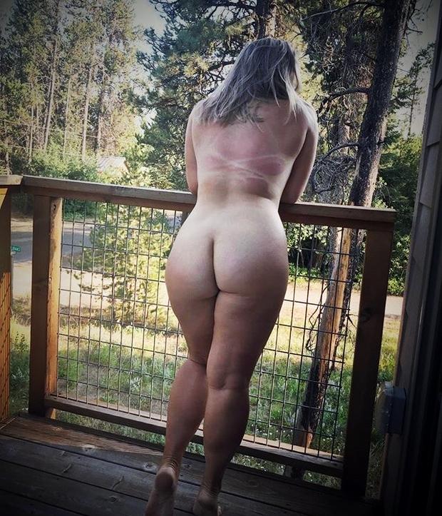Grosse nue sur sa terasse