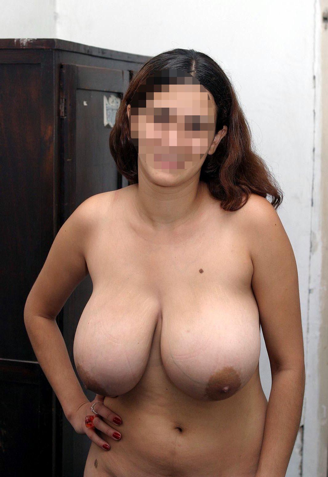 Une grosse femme nue montre ses gros seins à Aix-en-Provence