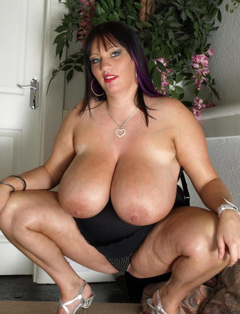 Femme ronde avec des gros seins