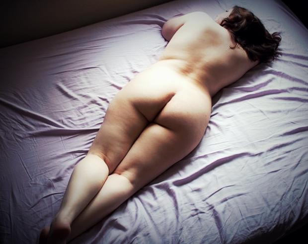 Le gros cul d'une jolie fille ronde nue