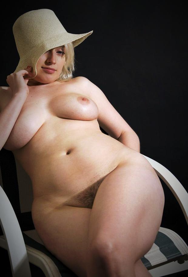 Belle femme ronde dotée de très gros seins