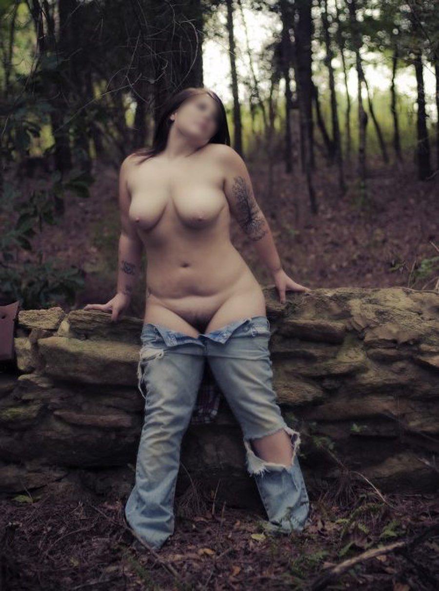 Jeune artiste ronde nue dans la nature