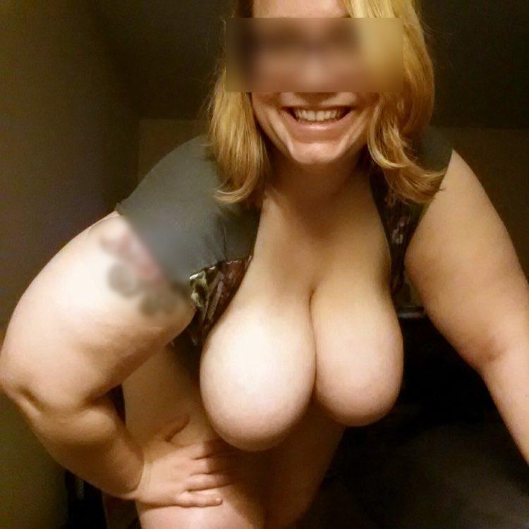 Les gros seins d'une belle maman cougar