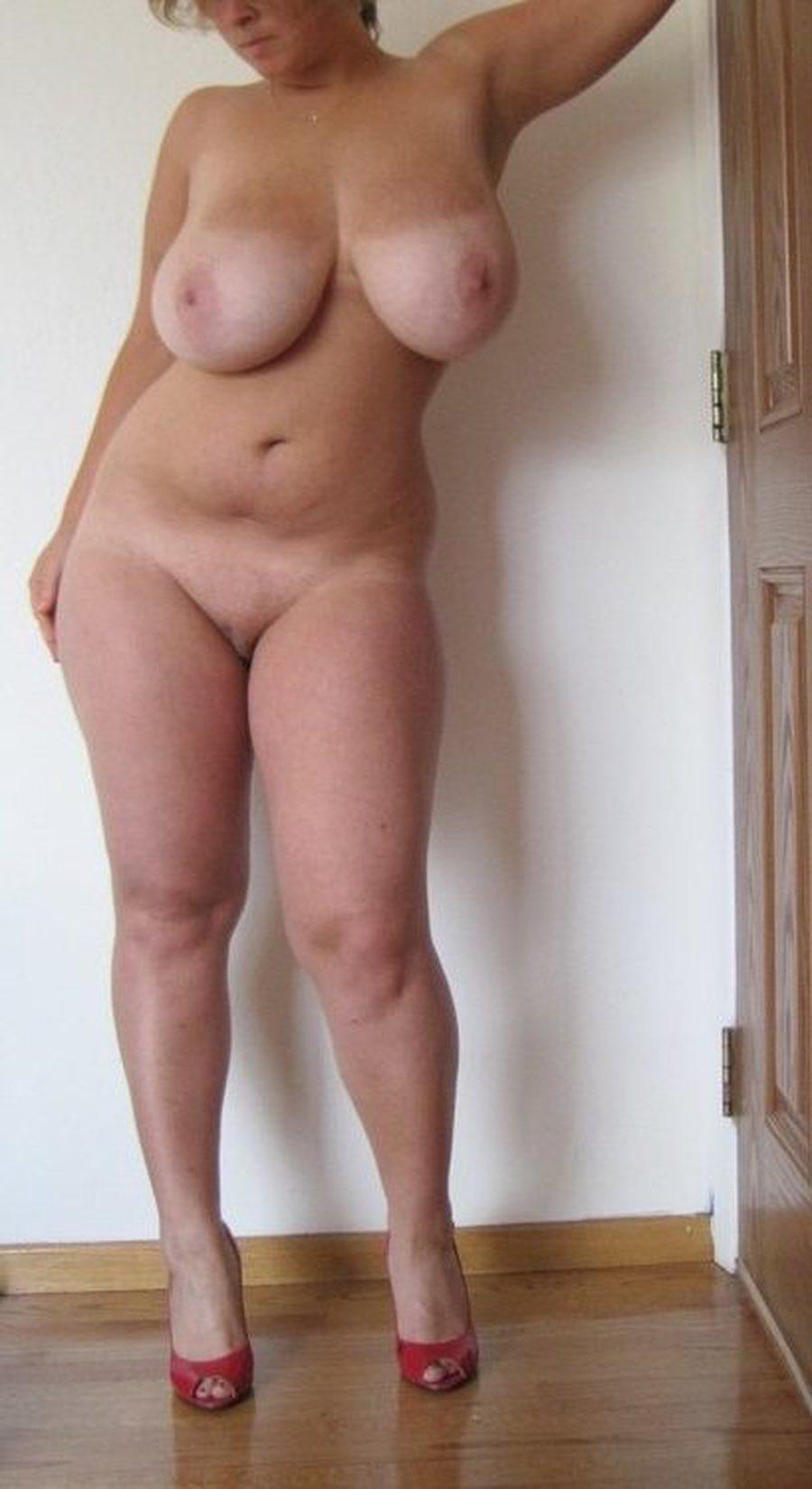 Une femme mature ronde pose nue