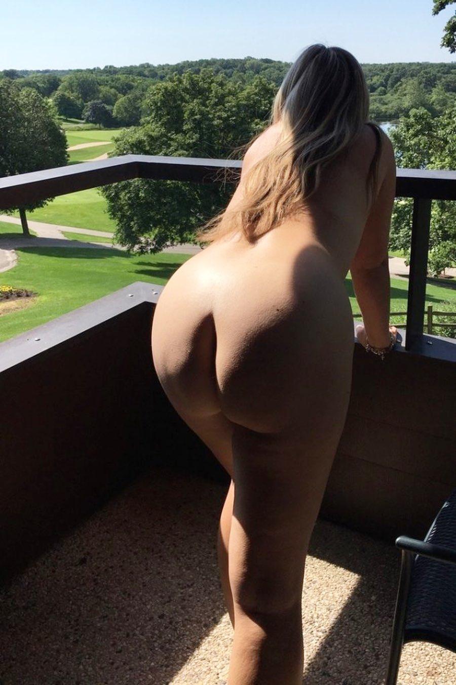 Sandrine est nue sur le balcon