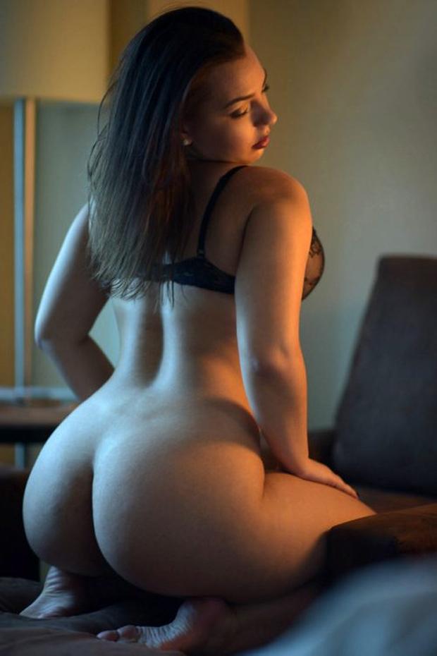 une jolie femme ronde montre son cul