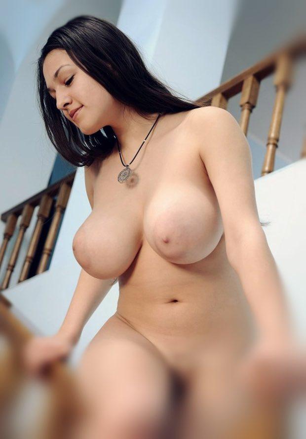 Jolis gros seins d'une belle ronde nue aux rondeurs superbes